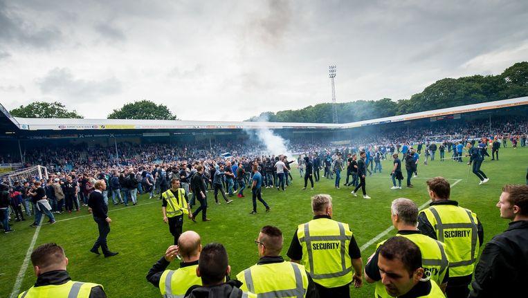 Supporters op het veld na afloop van de wedstrijd in Doetinchem zondagmiddag Beeld Pro Shots