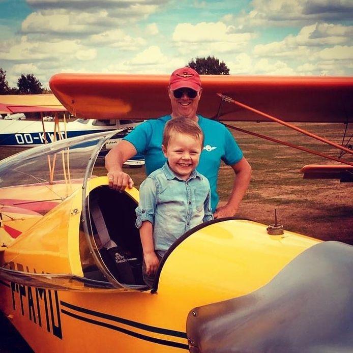 Eric en zijn kleinzoontje Miel (7), met wie hij binnenkort voor het eerst ging vliegen.