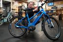 Fietsenmaker Frank Verschuren repareert een e-bike