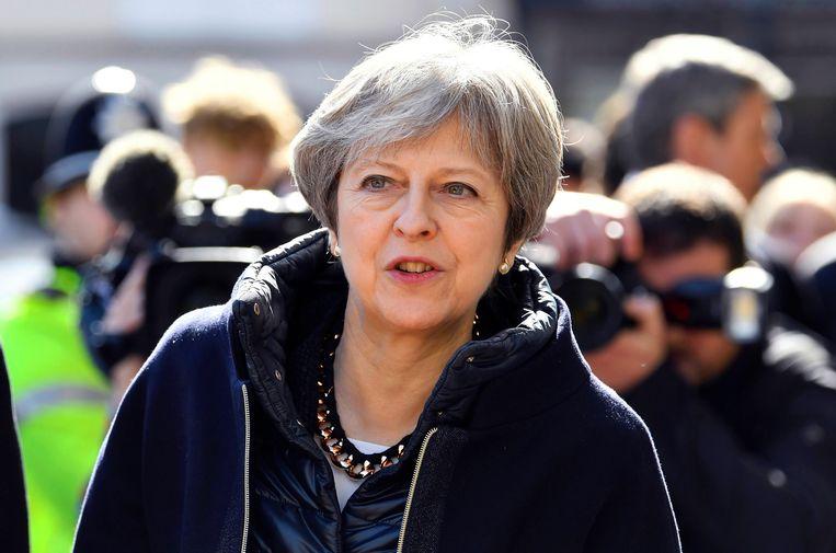 De Britse premier Theresa May bezocht vanmiddag de locatie waar Skripal en zijn dochter vergiftigd werden. Beeld AP