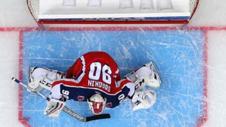 CSKA Moskous keeper Ilya Sorokin (boven) slaat een aanval af op het ijs van de Oefa Arena Beeld Hollandse Hoogte