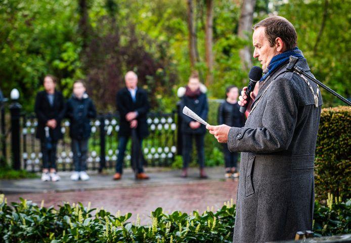 Bram van Hemmen houdt een toespraak bij de dodenherdenking.