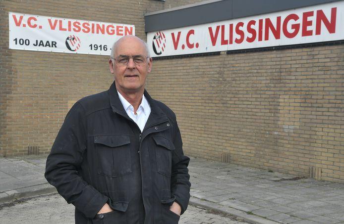 Johan de Visser voor de kantine van VC Vlissingen. Het hoofdgebouw is al jaren in zijn bezit, waardoor de club huur aan hem moet afdragen.