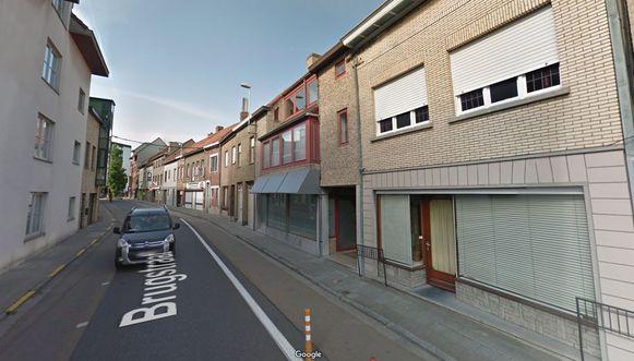 De woning (helemaal rechts) kan wijken voor een doorsteek voor fietsers en voetgangers, vanuit de Brugstraat naar het centrum.