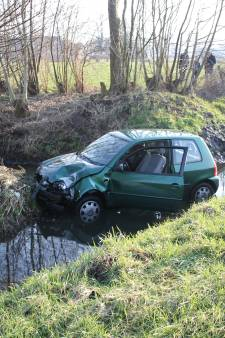 Auto belandt in sloot in Woudenberg