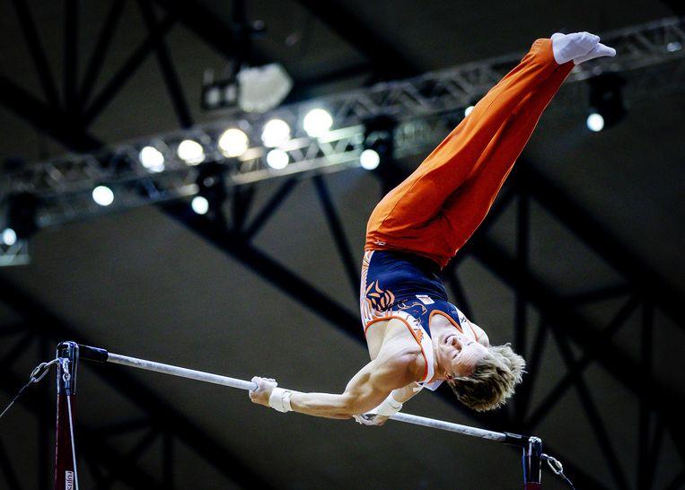 Epke Zonderland tijdens de kwalificaties in actie op zijn favoriete onderdeel, de rekstok. Beeld ANP