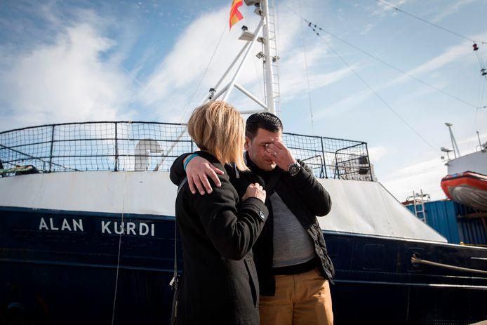 Abdullah Kurdi en zijn zus Tima voor het reddingsschip Sea-Eye.