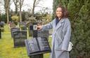Daurie Rahajaän bij het graf van haar in 2000 overleden vader Maurits. Ook hij was KNIL-militair.
