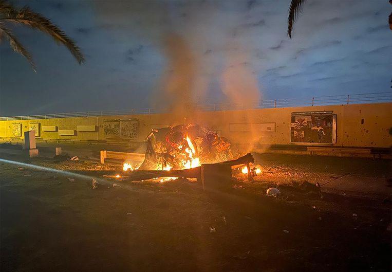 Beelden verspreid door het Iraanse regime tonen het getroffen voertuig van de generaal bij de luchthaven van Irak. Beeld AFP