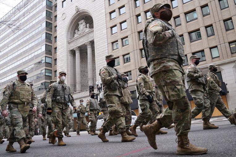 Leden van de Nationale Garde op weg naar het Capitool in Washington. Beeld AP