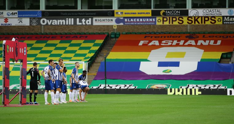 Justin Fashanu, de eerste voetballer die tijdens zijn carrière uit de kast kwam, wordt geëerd bij een wedstrijd van Brighton & Hove Albion. Beeld Hollandse Hoogte/EPA