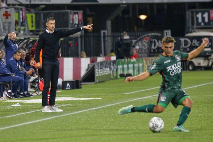 NEC-trainer Rogier Meijer kijkt toe wat Bart van Rooij met de bal doet in de wedstrijd tegen Sparta Rotterdam.
