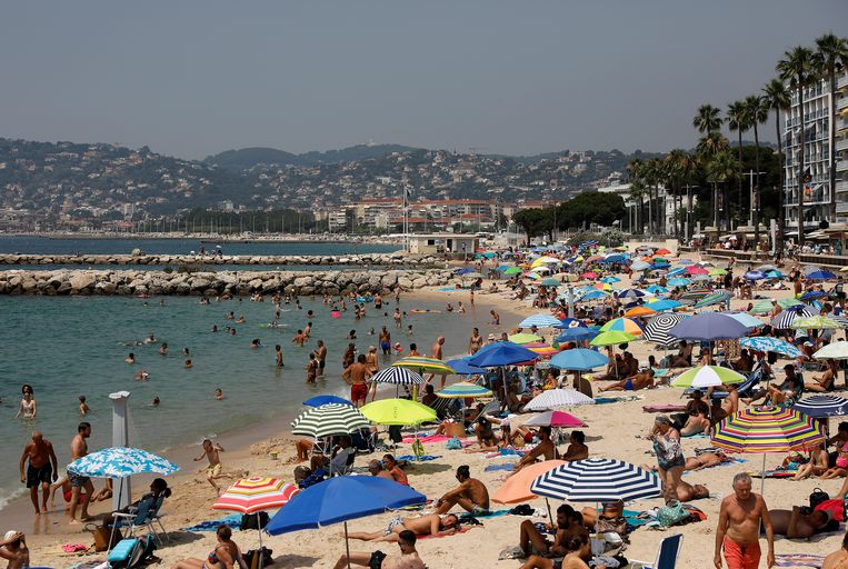 Het Zuid-Franse strand van Antibes nog voor het coronavirus uitbrak. Beeld EPA