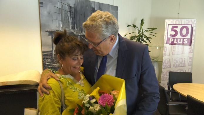 Kamerlid Léonie Sazias wordt verwelkomd door haar fractievoorzitter Henk Krol