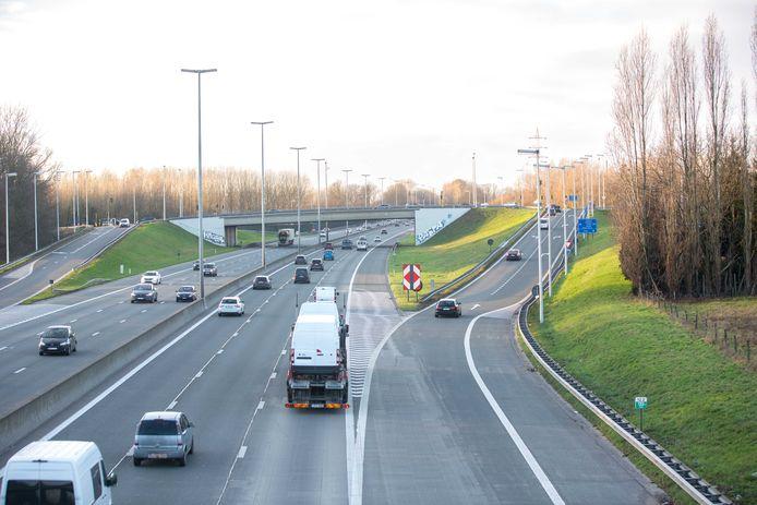 De afrit van de E40 richting Gent. Al het verkeer zal rechts moeten afdraaien. Bestuurders die richting Liedekerke willen zullen verderop in de Molenstraat gebruik kunnen maken van het keerpunt.