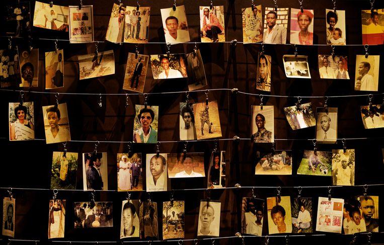 Foto's van omgekomen families in het genocide-herdenkingscentrum in Kigali, de hoofdstad van Rwanda.   Beeld AP