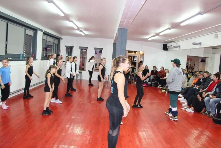 De leden van de dansgroep verzamelden met hun acties 1.387 euro in.