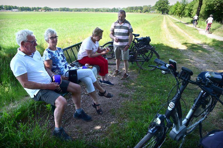 Gepensioneerden pauzeren tijdens een fietstocht door de Achterhoek. Beeld Marcel van den Bergh / de Volkskrant