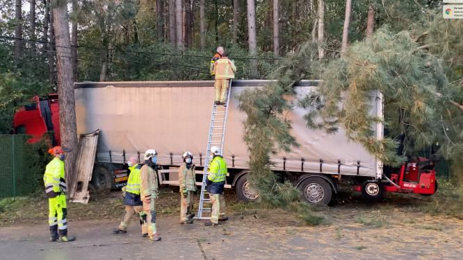 Waregemseweg in Wortegem afgesloten na zwaar ongeval met personenwagen en truck: beide bestuurders gewond