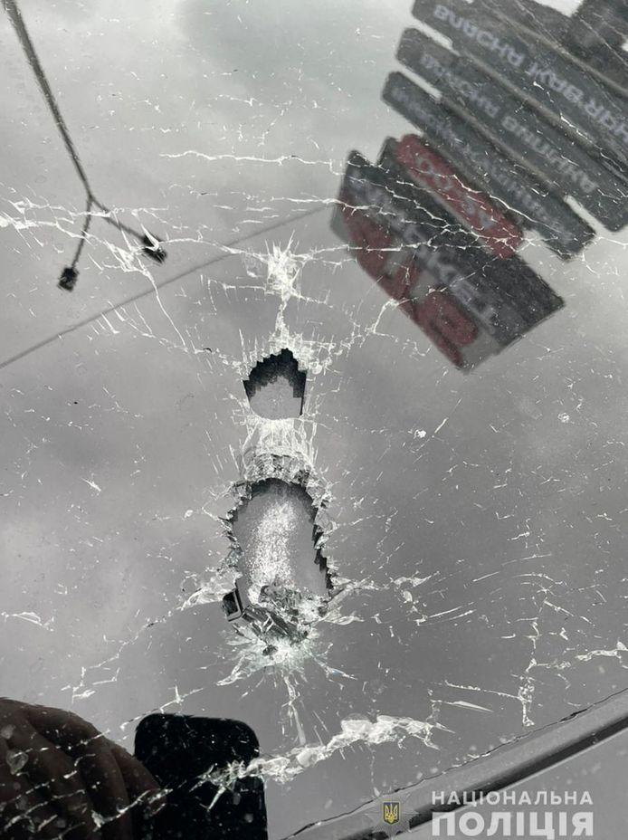 Een close-up beeld van een kogelgat in de auto waarin topadviseur Sergej Sjefir werd beschoten.