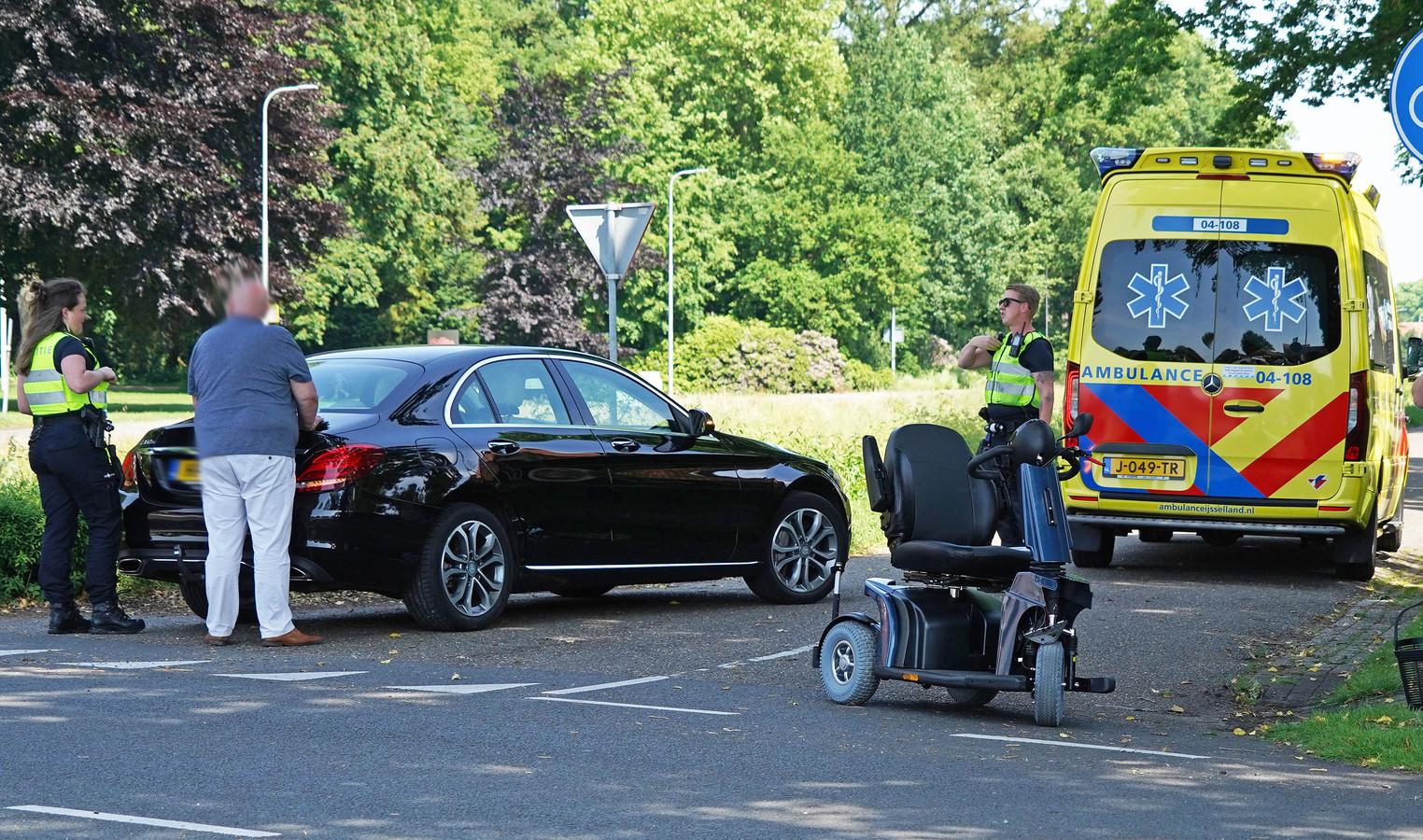 De scootmobiel kwam onverwacht de kruising op gereden en werd geraakt door een personenauto.