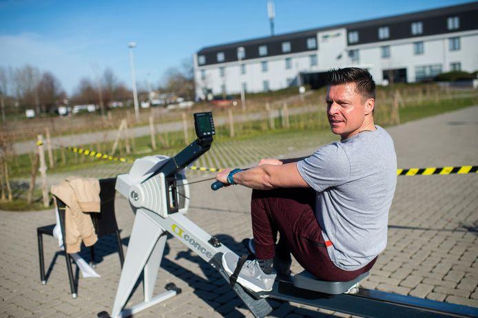 Burgemeester Koen Metsu (N-VA) steunt de actie #FitnessOpenNow door te gaan roeien bij David Lloyd Antwerpen in Edegem