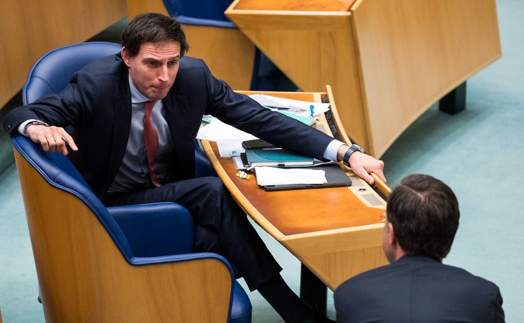 Mark Rutte (VVD) in gesprek met Wopke Hoekstra (CDA).  Beeld FREEK VAN DEN BERGH/ de Volkskrant
