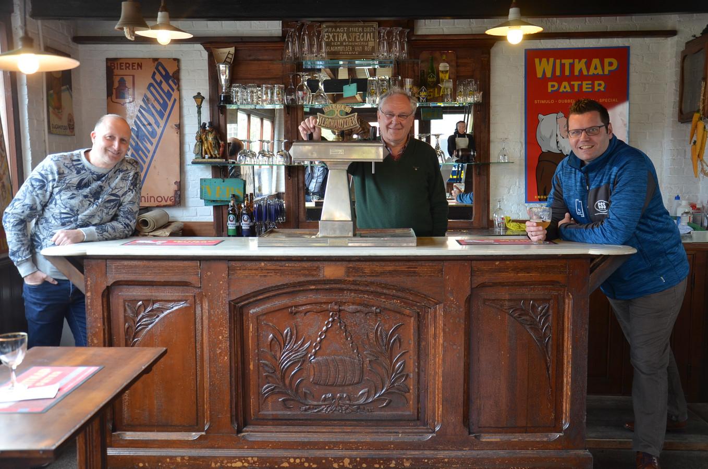 Zanger Yves Segers met Luc Verhaegen van bvba Witkap en Jeroen Wiggeleer van Jeroen Events  - de organisatoren van het Witkap Schlagerfestival - in het nieuwe authentieke cafeetje in de brouwerij in Ninove.