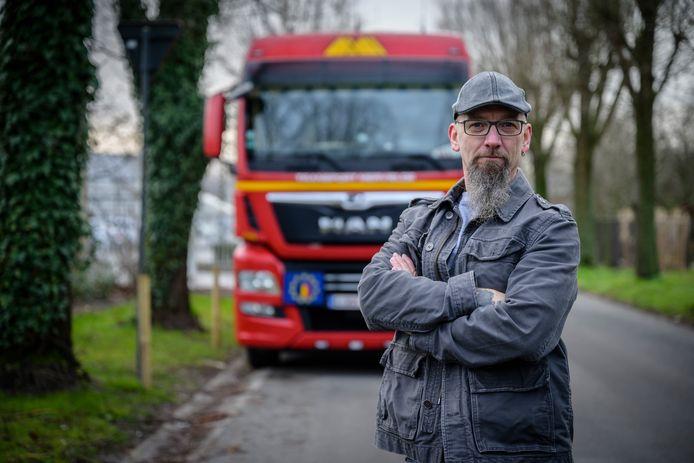 Christophe Verheyden weet niet waar hij nu met zijn vrachtwagen naartoe moet sinds de gemeente een parkeerverbod in het Genthof, waar hij woont, instelde.