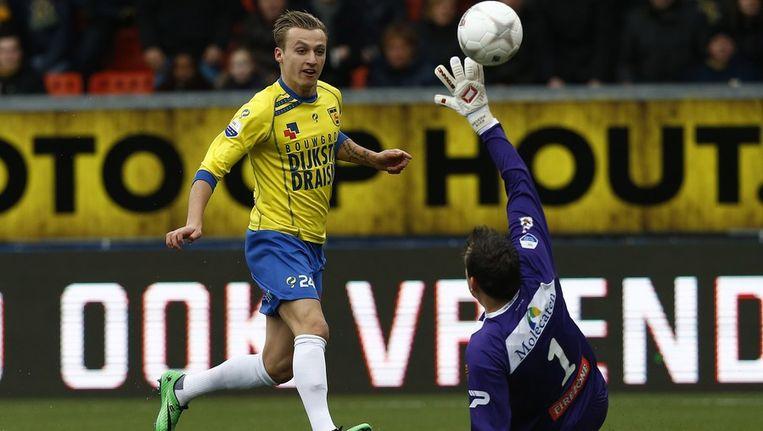 Ritzmaier stift de bal over doelman Boer heen en tekent voor de 1-0. Beeld anp