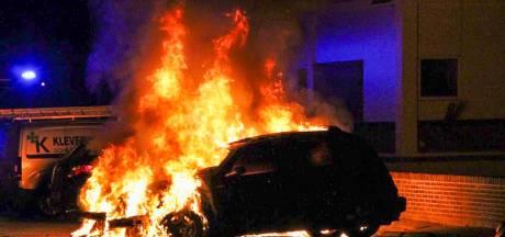 Bewoners in Apeldoorn horen harde knallen en zien daarna weer twee auto's uitbranden