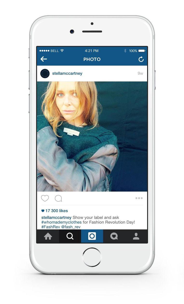 Ontwerpster Stella McCartney laat het kledinglabel van haar jas zien.