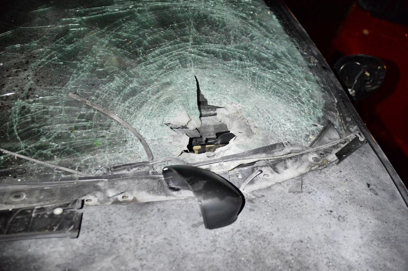Auto zwaar beschadigd met vuurwerk in Breda.