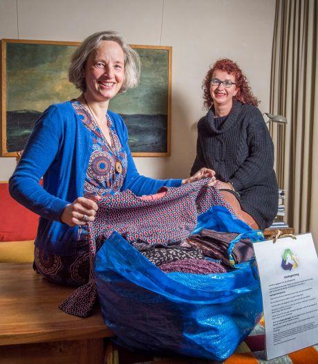 'Kledingkettinglijn' in Hengelo en Enschede: tas vol gebruikte kleding gaat van hand tot hand