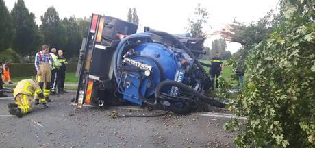 Vrachtwagen ramt boom en kantelt bij Klarenbeek
