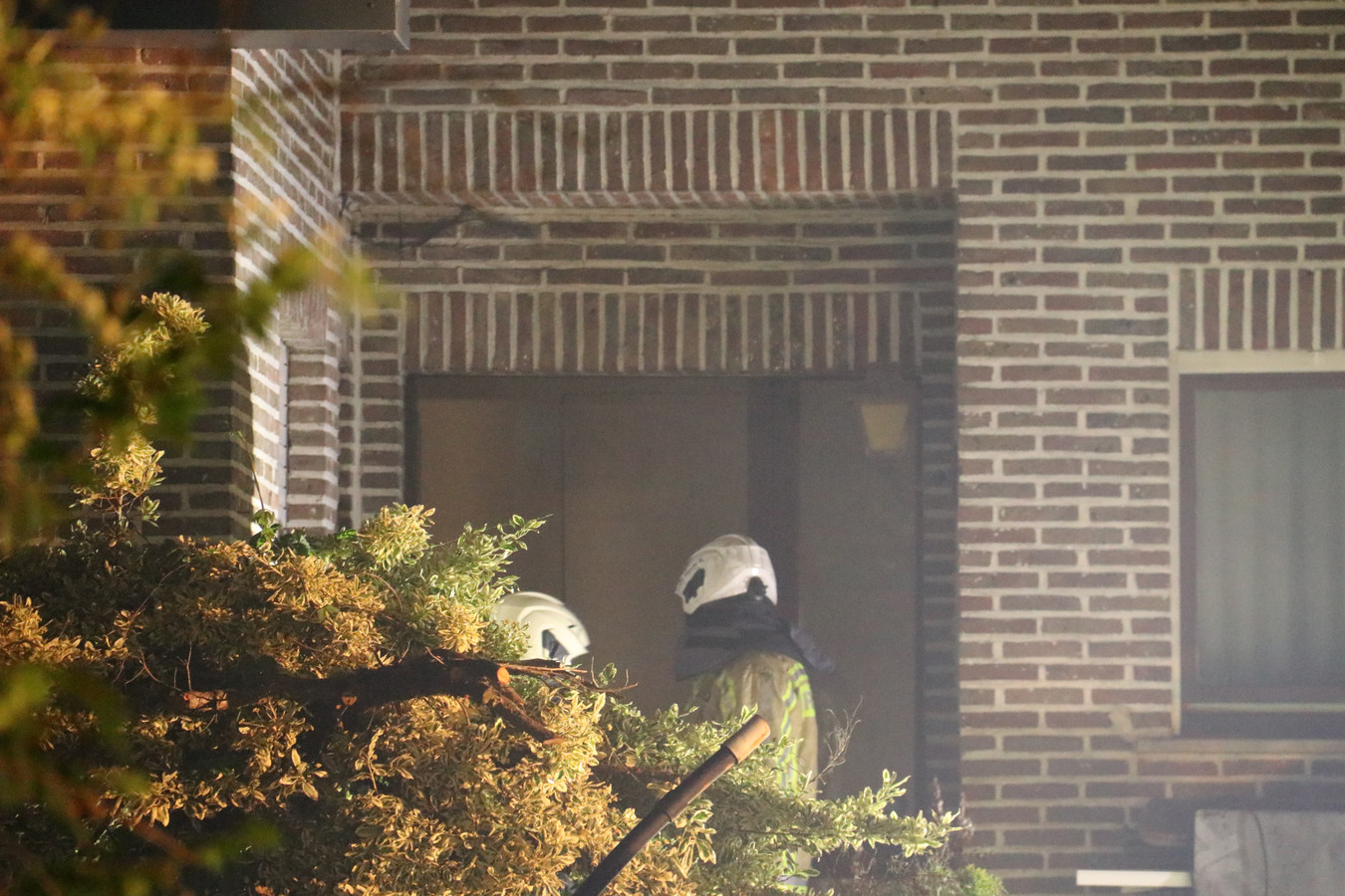 Een 82-jarige bewoonster overleefde de woningbrand niet.