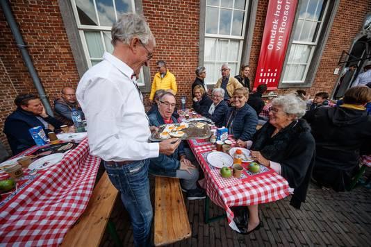 Roosendaal - 30-9-2018 - Foto: Pix4Profs/Marcel Otterspeer - Tafel vol Roosendalers samen aan de brunch in de tuin van Tongerlohuys in het kader van Roosendaal 750 jaar.