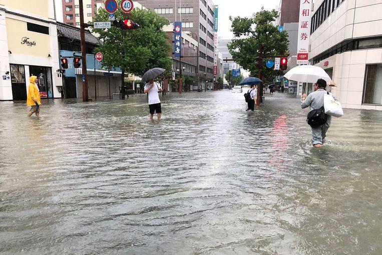 Mensen lopen door het water in Saga.