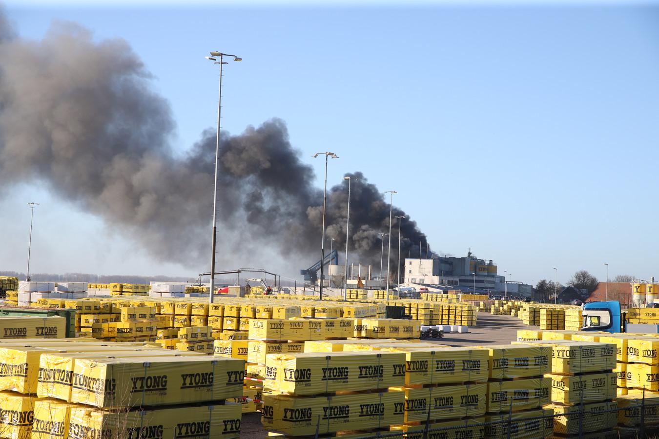 Flinke rookontwikkeling bij een grote brand bij een bedrijf in Vuren.