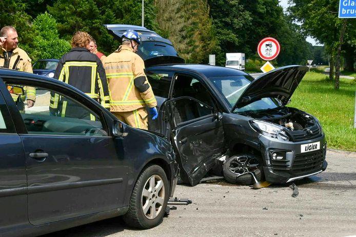 Bij een aanrijding in Enschede zijn dinsdagmiddag twee personen gewond geraakt.