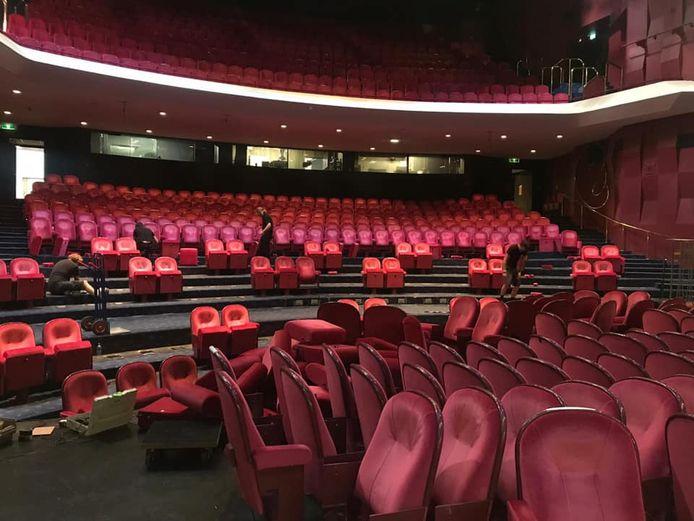 De rode stoelen zijn inmiddels uit de grote zaal van Theater aan de Parade in Den Bosch gehaald.