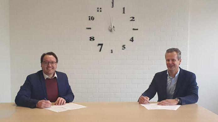 Bestuurders Archel Kerkhof (l) van de Filios Scholengroep en Jack Daalmans van SKPO Novum ondertekenen hun intentieovereenkomst.