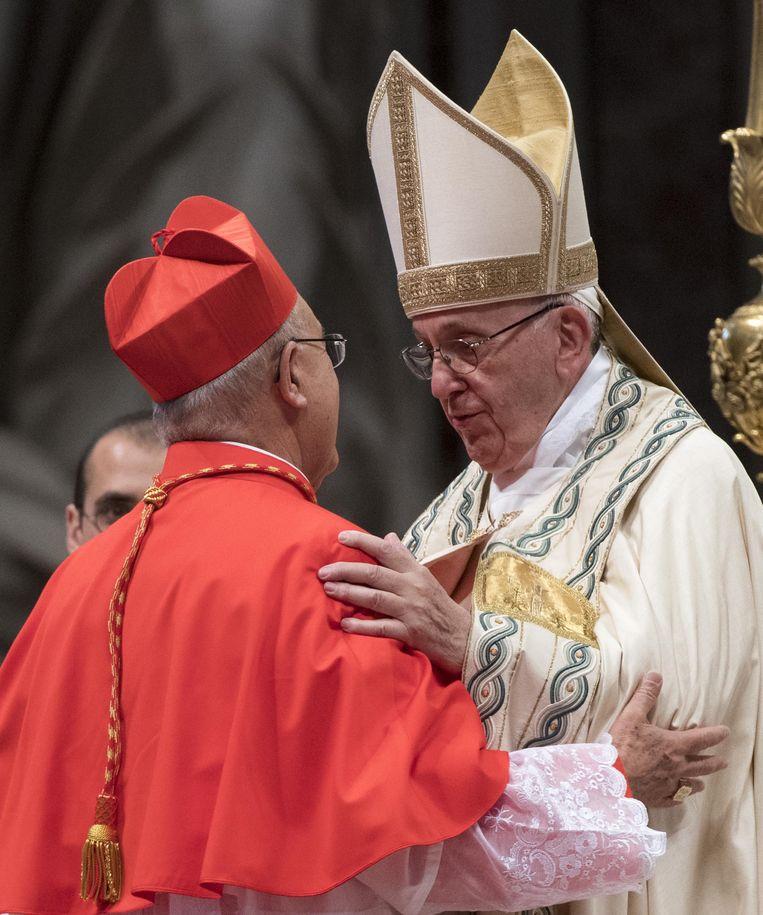 Paus Franciscus en kardinaal Pedro Barreto uit Peru. Beeld EPA