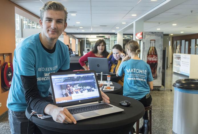 Pabo-student Mick Landman (20) werft begin april stamceldonoren bij Hogeschool Windesheim in Zwolle. ,,Als je bang bent voor naalden, moet je je niet inschrijven.''