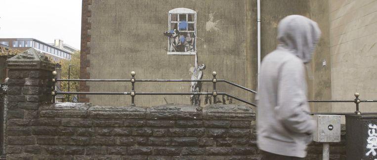The Well Hung Lover van Banksy, in Bristol, Engeland. Beeld Beeld uit de documentaire.