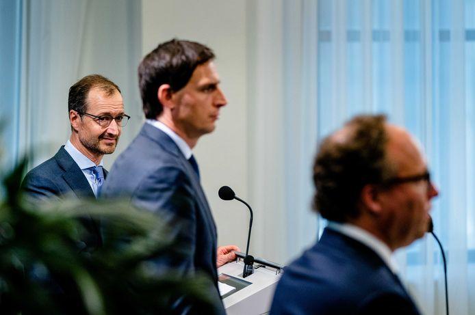 Ministers Eric Wiebes (Economische Zaken), Wopke Hoekstra (Financien) en Wouter Koolmees (Sociale Zaken) lichten het steunpakket toe.