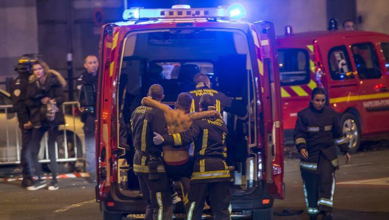 Gewonden worden weggehaald bij het Stade de France, 13 november. Beeld epa