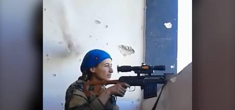 Koerdische strijdster lacht om kogel die haar op haar na mist