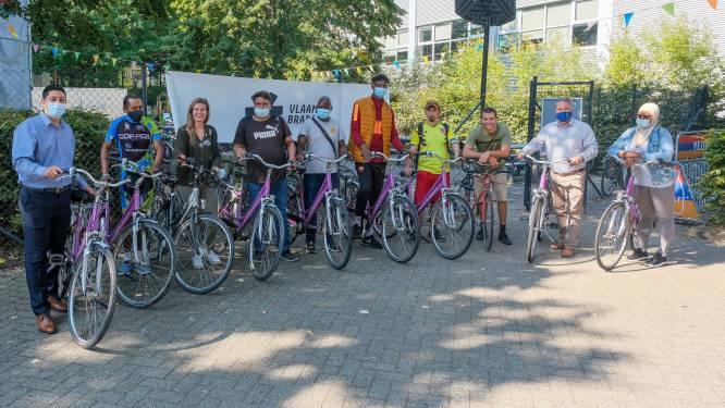 Project 'Fietsvrienden' leert anderstalige nieuwkomers fietsen én Nederlands praten