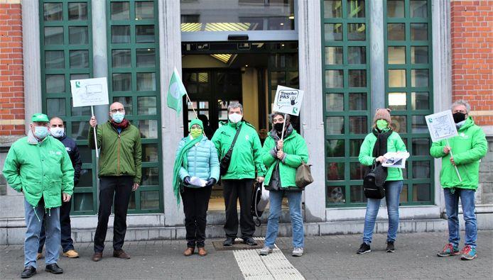 Action, à Waremme, de militants de la CSC contre la suppression ou la réduction des horaires des guichets dans certaines gares.